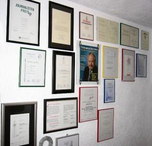 Wand mit Auszeichnungen und Preisen von Günter Ederer